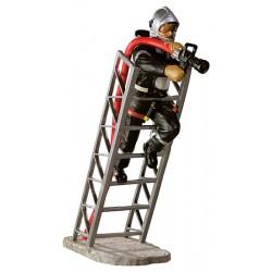 Pompier au feu sur échelle